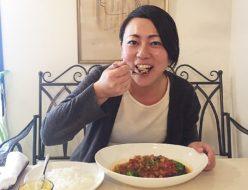 トモドールのハンバーグを食べる佐野さん